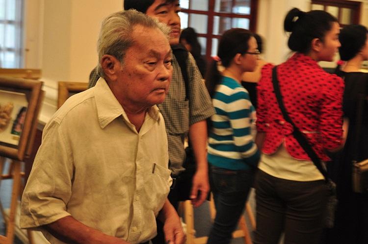 Nhà văn Nguyễn Quang Sáng cũng đến triển lãm xem bàn tay của chính mình
