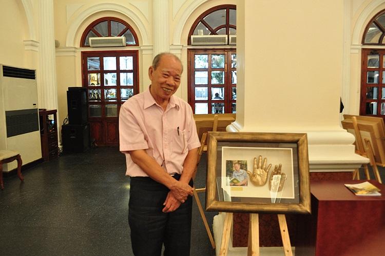 Nhà thơ Phạm Thiên Thư bên đôi bàn tay mô hình được chế tác với kích thước thật, từ chất liệu là loại bột đá có thể thể hiện chân thật và chính xác từng đường vân tay