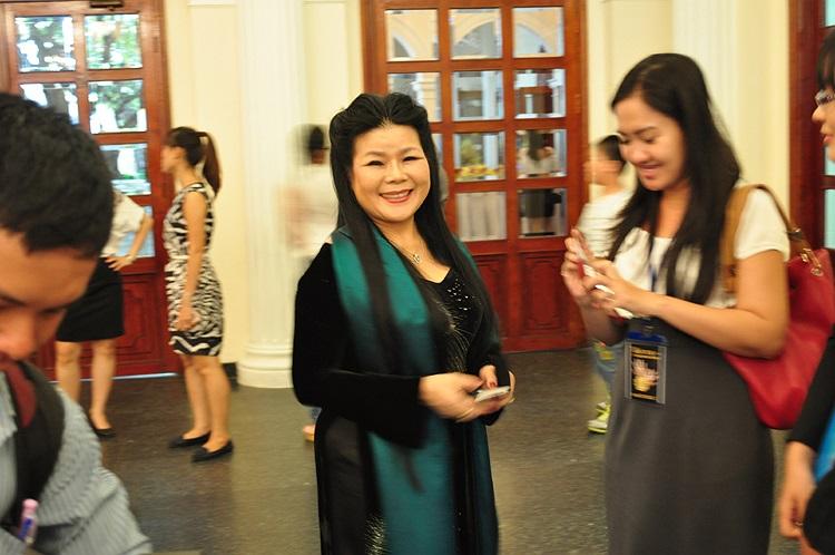 Đặc biệt, họa sĩ quốc tế Văn Dương Thành đã bay về từ Thụy Điển để tham dự khai mạc triển lãm