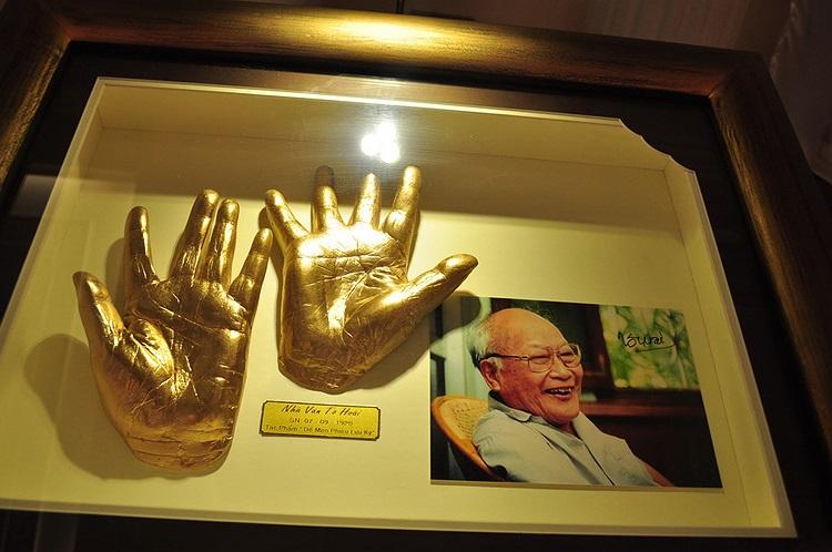 Trong ảnh là bàn tay mô hình của nhà văn Tô Hoài