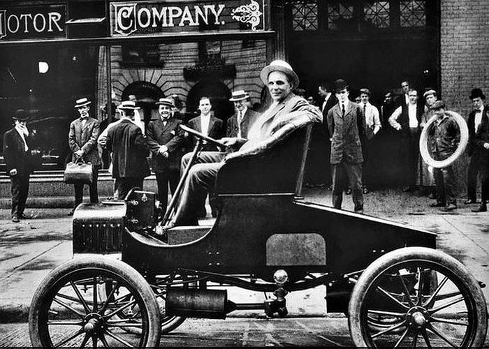 Detroit trở thành thành phố lớn nhất nước Mỹ phải đệ đơn phá sản với tổng số nợ công lên tới hơn 18 tỷ USD. Nhưng trước đó đây là cái nôi của ngành công nghiệp Mỹ và là nơi Henry Ford cho ra đời mẫu xe đầu tiên của Ford T Ford model.