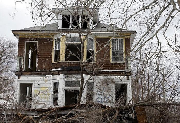 Số người rời bỏ thành phố này ngày càng nhiều và thành phố dần trở nên hoang tàn.