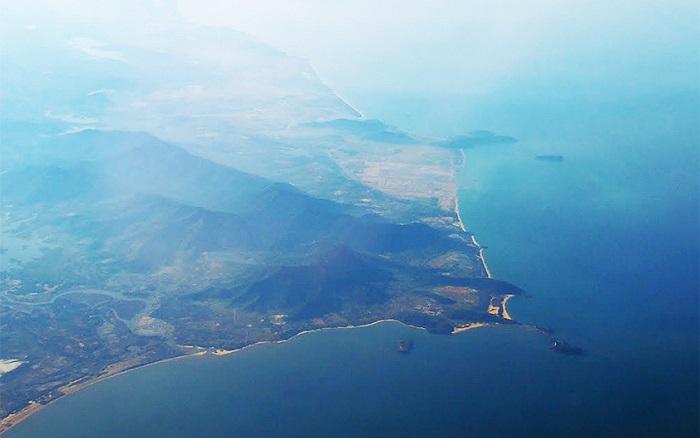 Đây là hình ảnh chụp từ trên máy bay, khu vực biển Vũng Chùa, thuộc xã Quảng Đông, huyện Quảng Trạch, Quảng Bình, nơi có thể được chọn là nơi an nghỉ ngàn thu của Đại tướng Võ Nguyên Giáp.