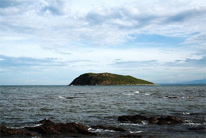 Ngày xưa trên Hòn Nồm có dấu tích nền móng một ngôi chùa lớn nên người dân địa phương gọi đó là biển Vũng Chùa, theo tiếng địa phương là 'Vụng Chùa'.