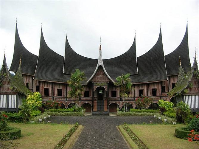 Họ sống trong một ngôi nhà có mái cong vút tựa như những cặp sừng trâu. Đó là kiến trúc xây dựng gần gũi với hình ảnh mái chùa, đình của làng quê Việt Nam.