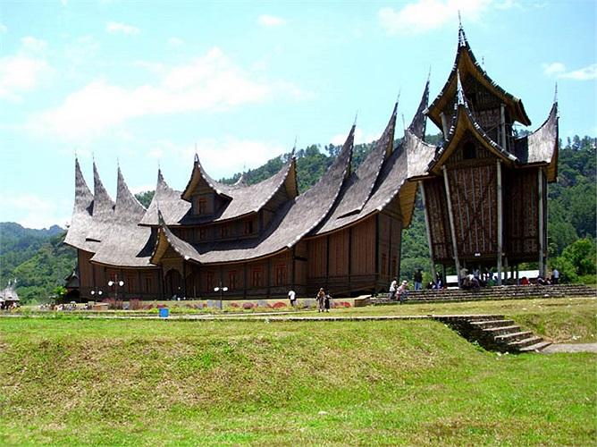 Hình ảnh nhà sàn hình thuyền của người Minangkabau giống với nhà được chạm khắc trên trống đồng Đông Sơn.