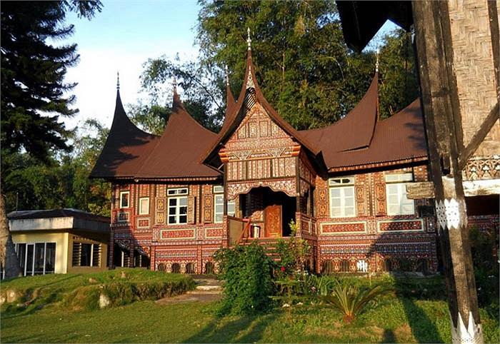 Họ trang trí, chạm khắc lên ngôi nhà của mình rất cầu kì, tinh xảo. Phối màu sặc sỡ bao quanh từ chân cột đến mái nhà. Đây là nét đặc sắc thể hiện giá trị văn hóa của người Minangkabau.