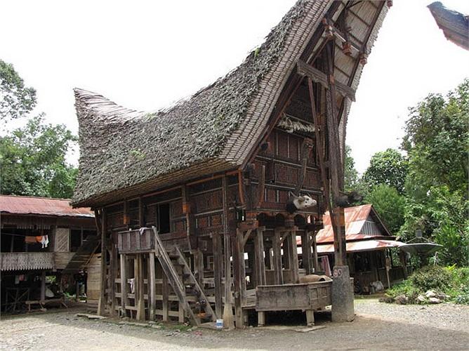 Và đương nhiên nhà của vị trưởng làng (một người phụ nữ) sẽ là ngôi nhà lớn và được điêu khắc công phu, lộng lẫy nhất.