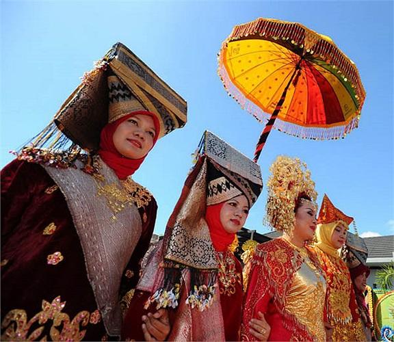 Người Minangkabau có truyền thống sinh hoạt văn hóa  mang nghi thức cộng đồng tại ngôi nhà Rumah Gadang. Chúng được truyền lại, nối tiếp hết đời nọ sang đời kia giữa những người phụ nữ trong gia đình (bà, mẹ, con gái).