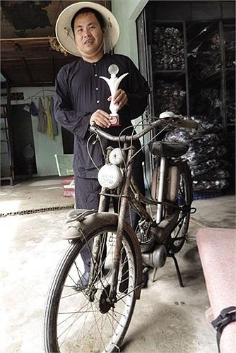 Anh Lâm Văn Tấn (ngụ đường Lê Lợi, thị trấn Hóc Môn, TP.HCM) được ghi vào kỷ lục Guinness Việt Nam với bộ sưu tập xe gắn máy hai thì nhiều nhất nước, lên tới 60 chiếc.
