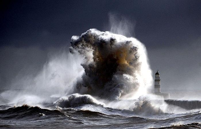 Hải đăng Seaham ở vùng Durham, Anh bị sóng biển cao hơn 30m tấn công