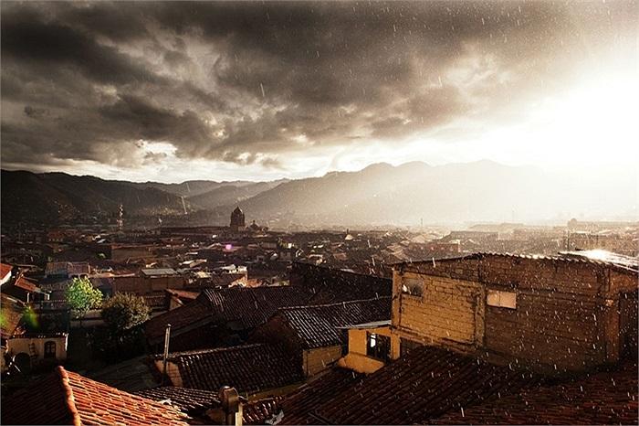 Góc nhìn từ một khách sạn trong cơm mưa ở Cusco, Peru