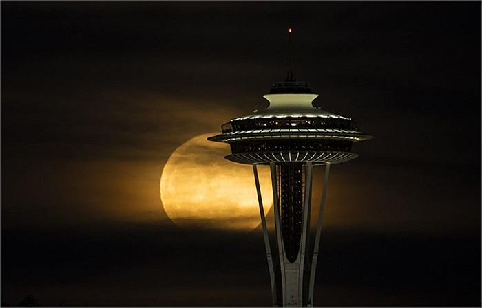 Mặt trăng huyền ảo khi được chụp ở Seattle, Washington, Mỹ
