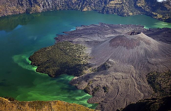 Miệng núi lửa nằm gọn trong lòng hồ Segara Anak, trên đỉnh núi Rinjani ở Lombok, Indonesia