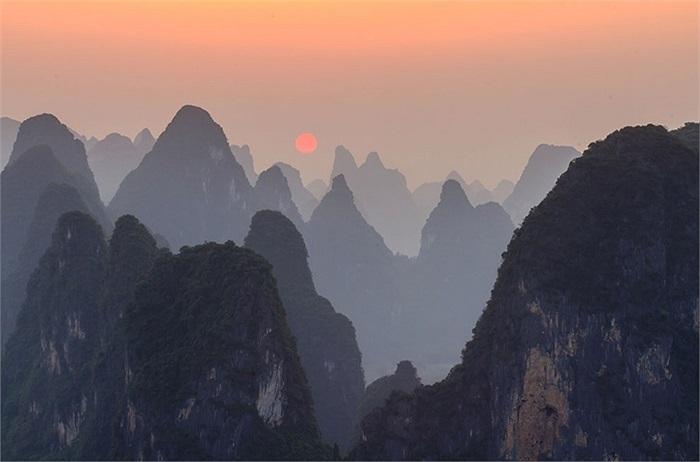 Hoàng hôn trên đỉnh Lao Zhai, bên bờ sông Li ở Xingping, Quảng Tây, Trung Quốc