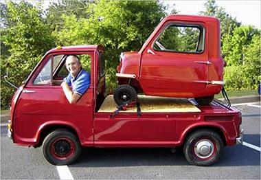 Trước đó, nhà sản xuất xe hơi duy nhất trên đảo nhỏ Isle of Man - Peel Engineering đã cho ra đời chiếc xe 3 bánh nhỏ nhất thế giới Peel P50, động cơ 2 thì dung tích 50cc. P50 được trang bị tay kéo phía sau, nhằm hỗ trợ quy trình đỗ xe và giúp chủ nhâ