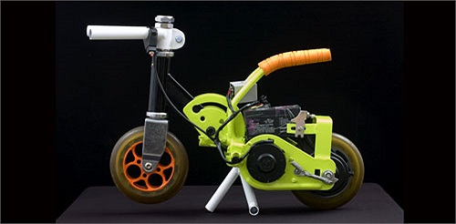 Santhosh đến từ thị trấn nhỏ của Mysore, Ấn Độ, là tác giả của xe máy điện Moosshiqk. Đây được coi là chiếc xe máy chạy điện nhỏ nhất thế giới. Các thông số kĩ thuật cho thấy, xe chỉ nặng vẻn vẹn 3,28 kg, cao 30,5 cm và dài 45,7 cm. Xe có tốc độ tối