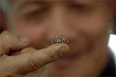 Một thợ thủ công tên là Zhang Tianwei sống ở Tây An, Thiển Tây, Trung Quốc đã tạo thủ công một chiếc xe đạp nhỏ nhất thế giới. Chiếc xe siêu nhỏ này dài có 20mm, cao 12mm, 2 chiếc bánh xe mỗi chiếc có đường kính chỉ 7mm.