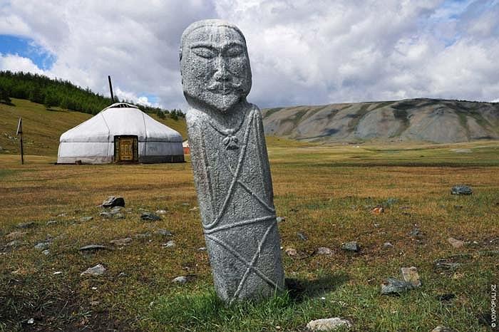 """1.Những bức tượng ngàn năm tuổi này được người dân địa phương tôn kính gọi là """"balbals"""", có nghĩa là """"chiến binh đá""""."""