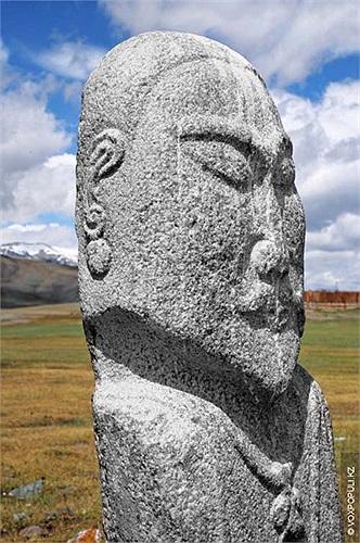 2.Các nhà nghiên cứu người Nga đã tiến hành một cuộc khảo sát kéo dài đến 5 năm về những bức tượng bí ẩn này, bắt đầu từ khu vực sông Orkhon linh thiêng của những người Mông Cổ.