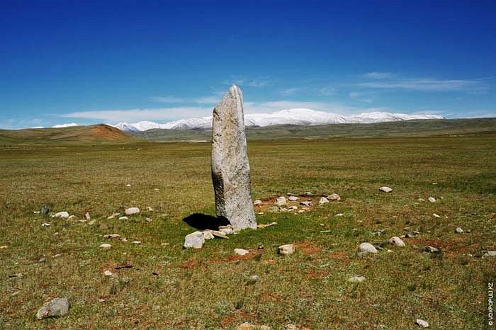 11.Cột đá này nằm ở khu vực Altai thuộc đất nước Thổ Nhĩ Kỳ. Khu vực này là khởi điểm của dãy núi Altai tiếp giáp với cả 4 quốc gia: Nga, Kazakhstan, Mông Cổ và Trung Quốc.