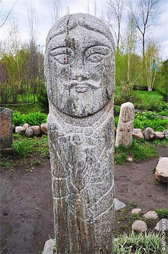 16.Bức tượng này còn khá nguyên vẹn và mang phong cách của người Đột Quyết.