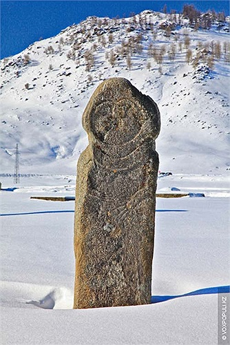 """18.Những người dân địa phương rất tôn kính các tượng đá này, họ thường gọi chúng là """"những anh hùng bằng đá""""."""