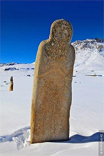 19.Hình ảnh những bức tượng đứng lặng im giữa thảo nguyên mênh mông tuyết trắng…