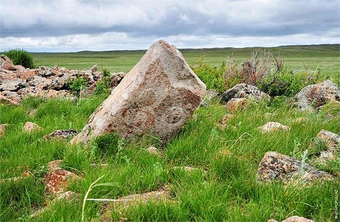 24.Trải qua hàng ngàn năm mưa nắng đã khiến cho hầu hết những bức tượng này bị hư hại và đổ nát.