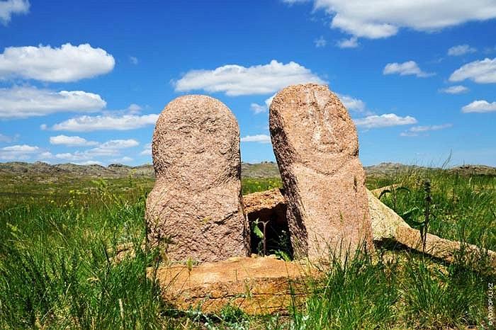 25.Một số bức tượng vẫn còn giữ được những đường nét chạm khắc ban đầu.