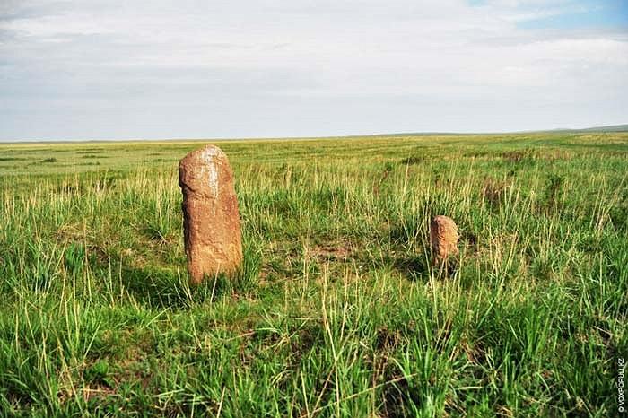 26.Tuy nhiên rất nhiều bức tượng khác đã bị bào mòn thành những cột đá đứng trơ trọi giữa thảo nguyên.