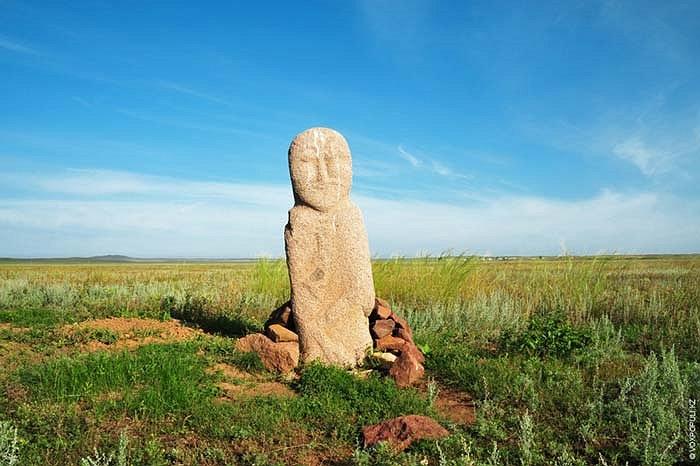 28.Tại một số nơi người dân địa phương cố gắng bảo vệ những bức tượng theo những cách đơn sơ nhất.