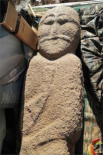 30.Năm 2009, một nhà khảo cổ nghiệp dư đã đào lên một balbal tại đây để bán cho bảo tàng, sau đó bị dư luận và truyền thông phản đối nên nó được trả về khu di tích.