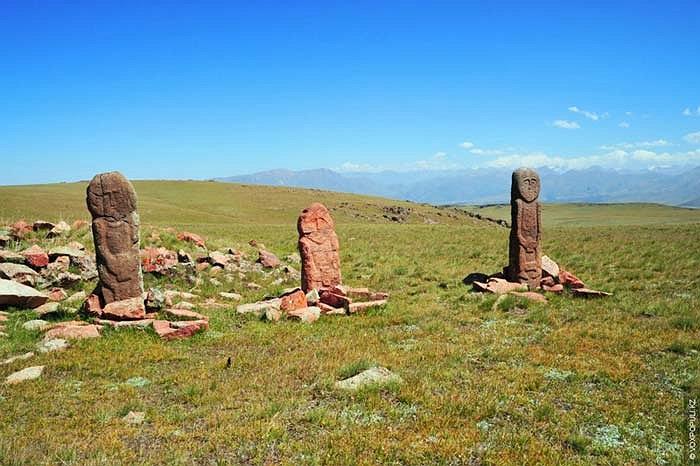 36.Merki-Mynbulaksky là một địa điểm khảo cổ ở phía Tây của tỉnh Alatau (Kyrgyzstan). Những bức tượng này nằm ở thượng lưu con sông Merki, trên độ cao 2700-3600m.