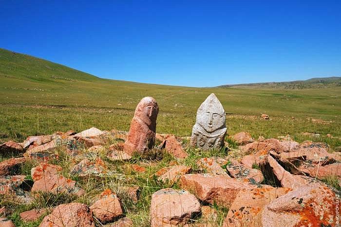 37.Những kiến trúc khác đều đã đổ nát, riêng hai bức tượng balbals vẫn đứng vững với thời gian.