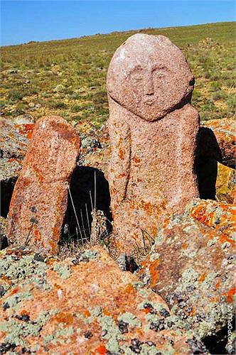 39.Một balbals mô tả người phụ nữ đứng bên cạnh những người đàn ông tại khu lăng mộ gần sông Merki. Trong số 64 bức tượng tìm thấy ở đây có đến 31 bức là phụ nữ.