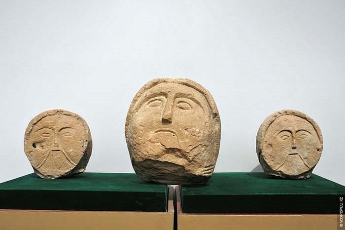 42.Những tác phẩm này cũng phảng phất nét tương đồng đối với những bức tượng của văn hóa Ba Tư hay Hy Lạp, điều đó chứng tỏ những nên văn hóa cổ xưa đã có sự giao tiếp Đông – Tây.