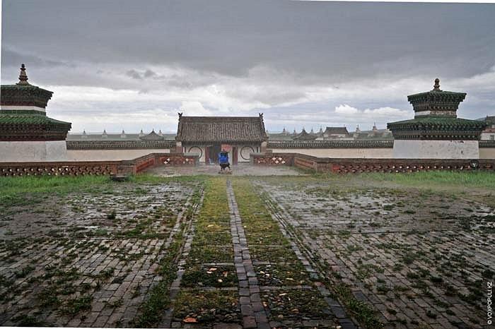 6.Một trong những khu tưởng niệm lớn và nổi tiếng nhất của Mông Cổ còn tồn tại đến ngày nay nằm cách thủ đô Ulan-Bator khoảng 400km, hữu ngạn dòng sông Orkhon linh thiêng.