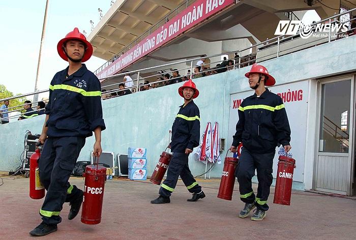 Nếu lửa theo nghĩa đen xuất hiện, thì cần những người này. Ở sân khác có thể cả mùa không phải dùng tới bình chữa cháy. Riêng Lạch Tray, mọi trận đấu đều thường trực.