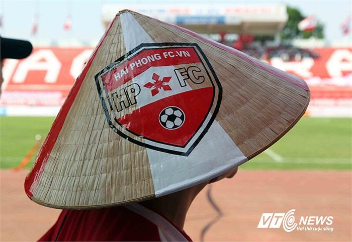 Một chiếc nón có gắn logo Hội CĐV bóng đá Hải Phòng.