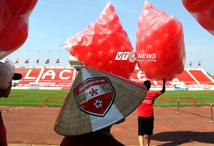 Một 'đặc sản' cổ vũ chỉ có ở những CĐV thành phố hoa phượng đỏ được mang vào sân.