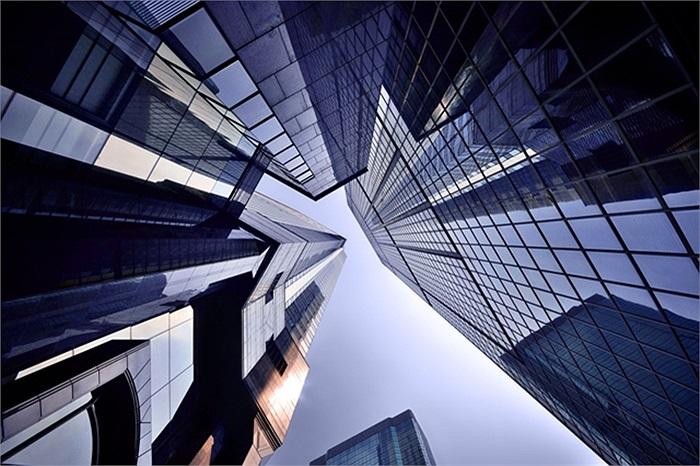 Kiến trúc kính cao vút được xếp trong một khung hình vô cùng đặc biệt