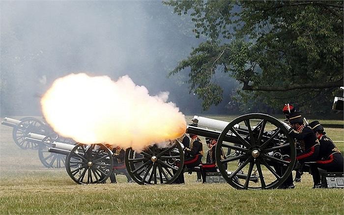 Đội kỵ pháo binh Hoàng gia đã bắn 41 phát pháo danh dự để đánh dấu sự ra đời của Hoàng tử