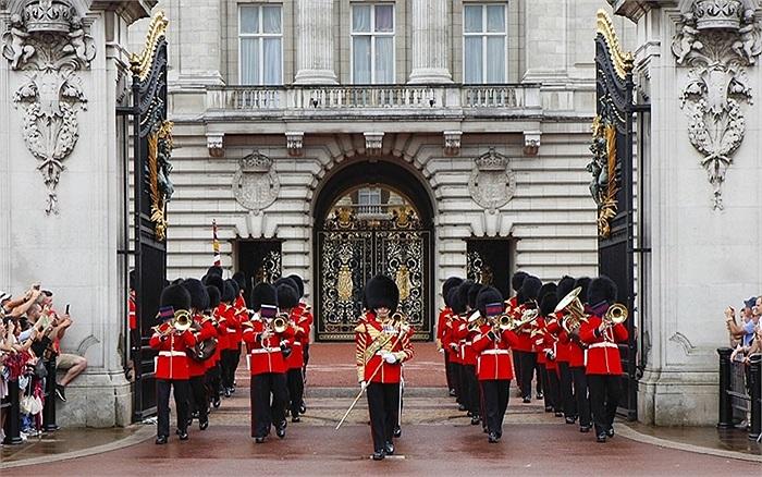 Đội nhạc Hoàng gia đã chơi ca khúc 'Chúc mừng' để chào đón thành viên mới của Hoàng gia tại Cung điện Buckingham