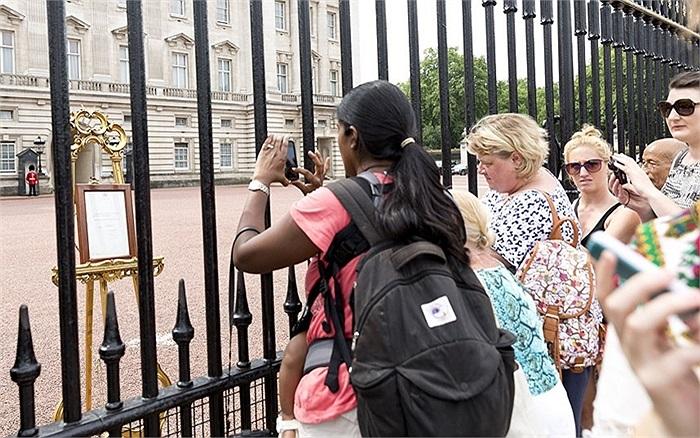Đám đông theo dõi hình ảnh thông báo sự ra đời của 'Hoàng tử bé'