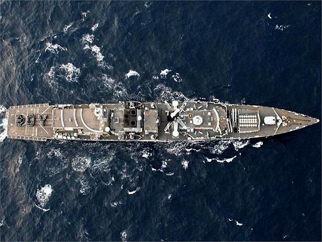 Hải quân Hoàng gia Anh xếp chữ 'BOY' trên tàu sân bay chào mừng sự ra đời của em bé