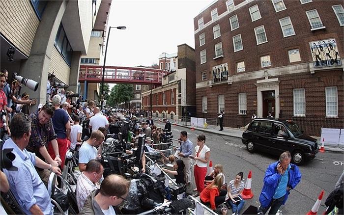 Các phóng viên và nhiếp ảnh gia 'cắm trại' bên ngoài bệnh viện St. Mary để chào đón 'Hoàng tử bé'