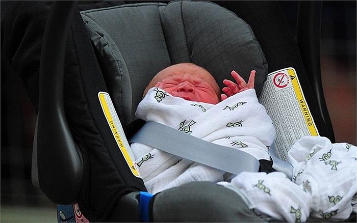 Cậu bé Hoàng gia lên xe rời bệnh viện St.Mary