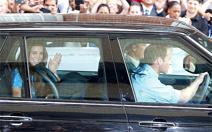 Hoàng tử William đích thân lái xe đưa 2 mẹ con về Cung điện Kensington