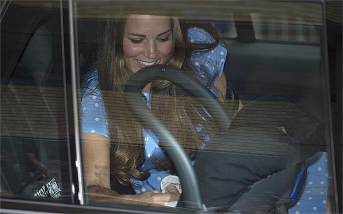 Cung điện Kensington đã bị bất ngờ về quyết định của Hoàng gia và nói rằng họ chưa kịp chuẩn bị y tá hộ sinh